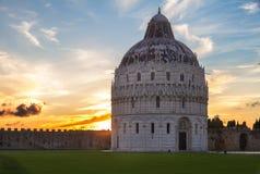Doopkapel van Pisa bij zonsondergang, Italië Royalty-vrije Stock Foto's
