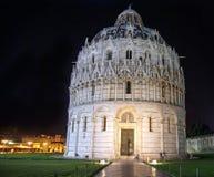 Doopkapel van St John dichtbij de leunende toren van Pisa tegen DA Royalty-vrije Stock Foto's