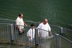 Doopplaats bij de rivierkust van Jordanië Doopsel van pelgrims in Yardenit, Israël Stock Foto's