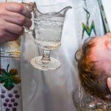 Doopselceremonie van meisje in de kerk litouwen Stock Foto
