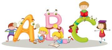 Doopvont ABC en gelukkige kinderen Stock Foto's