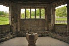 Doopvont, de ruïnes van de Abdij Haughmond, Shrewsbury Royalty-vrije Stock Afbeeldingen