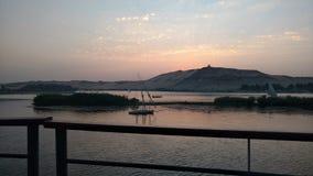 Door boot bij zonsondergang over Nile River royalty-vrije stock afbeeldingen