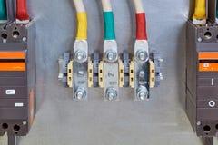 Door boutterminals met kabels met hen en stroomonderbrekers worden verbonden die stock foto's