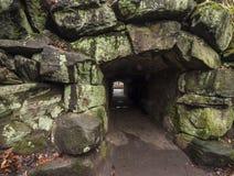 Door de donkere tunnel Stock Afbeelding