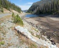 Door de droogte geteisterde Eleanor Lake op Sylvan Pass op de weg aan de ingang van het oosten van het Nationale Park van Yellows Stock Foto's