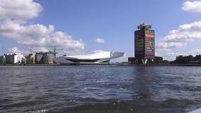 Door de kanalen van Amsterdam stock video