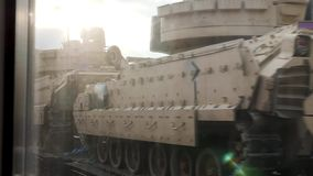 Door de mening van het treinvenster van de V.S. laadden de Amerikaanse bewapende tanks om voor levering op te leiden stock video