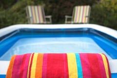 Door de pool Royalty-vrije Stock Fotografie