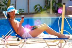 Door de pool met een glas rode wijn Royalty-vrije Stock Afbeeldingen
