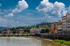 Door de rivier Arno stock afbeelding