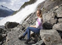 Door de Waterval in Hoge Hielen Stock Afbeeldingen