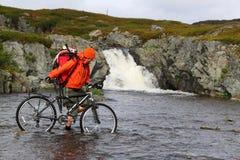 Door fiets op rivier stock afbeeldingen