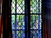 Door het venster stock afbeeldingen