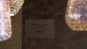 Door kroonluchter kunt u Inschrijving zien Teken met woorden 'kuuroordmassage 'in Rus en het Engels stock video
