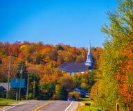 Door naar een dorp van Quebec te gaan royalty-vrije stock afbeelding