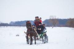 Door paarden getrokken kar op sneeuw Stock Foto