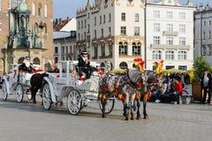 Door paarden getrokken vervoereinde op het belangrijkste marktvierkant Stock Foto