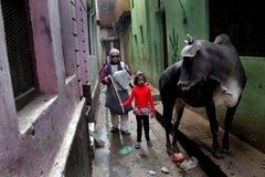 Door-steeg van Varanasi Stock Afbeeldingen