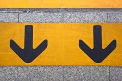 Door:sturen paar geel op de het lopen manier Royalty-vrije Stock Afbeelding