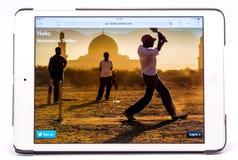 Doorbladerd studio iPad schot met Twitter Stock Foto