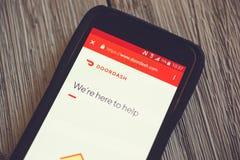 DoorDash app p? en mobiltelefon royaltyfria bilder