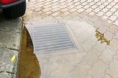 Doordrenkt op straat toe te schrijven aan belemmerd drainagesysteem royalty-vrije stock afbeeldingen