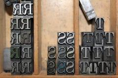 Dooreengegooid R in hoofdletters ` s, S ` s, en T ` s in een ouderwetse drukperswinkel in historisch Sherbrooke-Dorp in Nova Scot Royalty-vrije Stock Foto