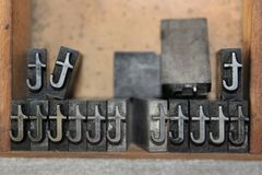 Dooreengegooid t in kleine letters in een ouderwetse drukperswinkel in historisch Sherbrooke-Dorp in Nova Scotia royalty-vrije stock fotografie