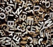 Dooreengegooide brieven die van hout worden gemaakt stock afbeeldingen