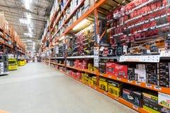 Doorgang in een Home Depot-ijzerhandel Royalty-vrije Stock Foto's
