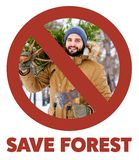 Doorgestreept rood teken op de gebaarde houthakkersmens die vers verminderde Kerstmisspar en bijl in hout dragen sparen royalty-vrije stock fotografie