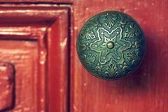 Doorknob на красной двери Стоковое Изображение RF