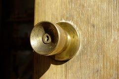 Doorknob de bronze velho fotografia de stock royalty free