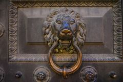 Doorknob w formie lew g?owy w starym domu zdjęcie royalty free
