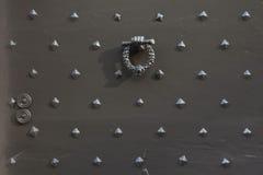 Doorknocker με μορφή μιας πυγμής που κρατά ένα στεφάνι δαφνών Στοκ Εικόνες