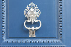Doorknocker branco em uma porta azul Fotografia de Stock