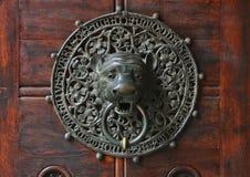 Doorknocker con la pista del león Fotos de archivo