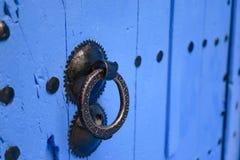 Doorknocker na błękitnym drzwi, Chefchaouen, Maroko zdjęcie stock