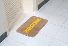 Doormat na frente da sala de resto Imagem de Stock