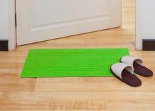 Doormat y deslizadores de casa Foto de archivo libre de regalías