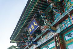 Doorplate e decorações fora do salão principal do eremitério de Gujoel Pokpoam na cidade de Oegok fotografia de stock royalty free