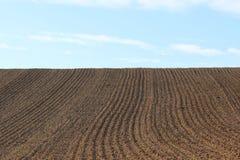 Doorploegt rijpatroon op een geploegd gebied dat op het planten van gewassen in de lente wordt voorbereid Horizontale mening in p stock afbeeldingen