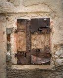 Doorstaan blind en venster van een steenhuis in Cres stock afbeelding