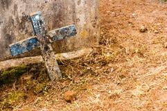 Doorstaan houten kruis in begraafplaats Royalty-vrije Stock Afbeelding