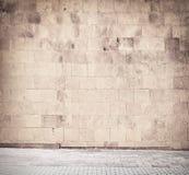 Doorstaan sintelblok, bakstenen muurtextuur met Royalty-vrije Stock Foto's