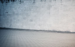 Doorstaan sintelblok, bakstenen muurtextuur met Royalty-vrije Stock Afbeeldingen