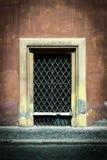 Doorstaat de Decrepid oude deur de test van tijd stock foto