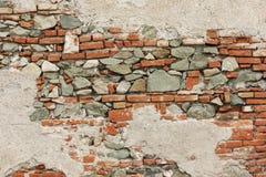 Doorstane baksteen en steenmuur Stock Afbeeldingen