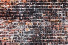 Doorstane bevlekte oude donkere bakstenen muur, textuur grunge achtergrond Stock Afbeelding